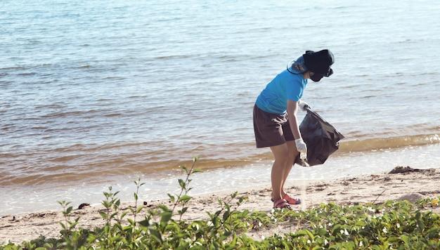 Pulizia volontaria della spiaggia dell'oceano