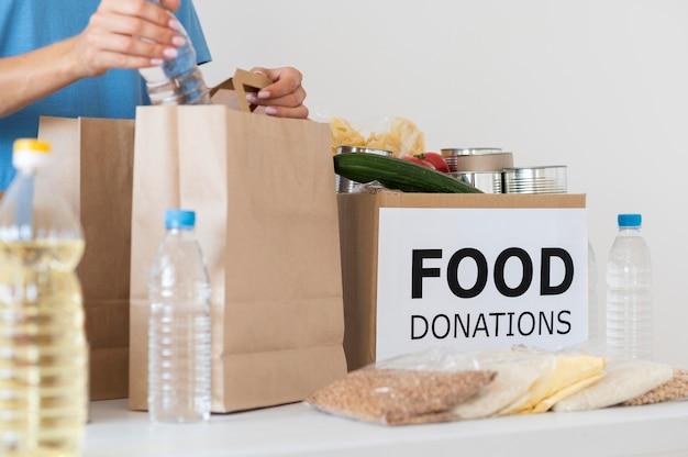 Volontariato che prepara borsa con disposizioni per la donazione