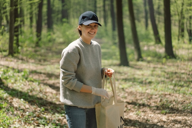 La donna volontaria viene purificata nella foresta la donna raccoglie la plastica