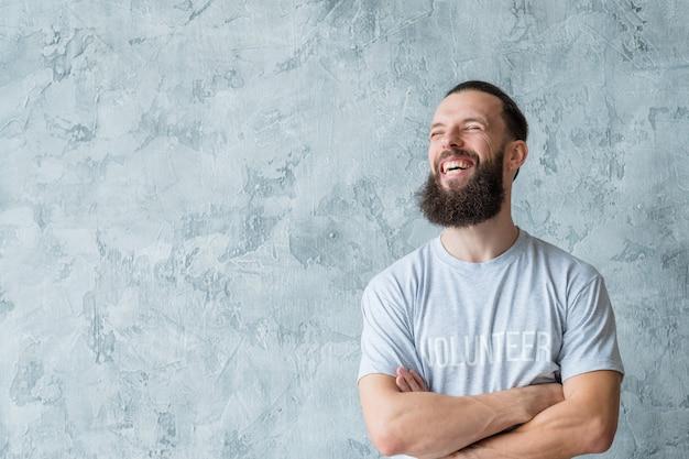 Stile di vita di volontariato. pensa a un concetto diverso. giovane uomo sorridente.