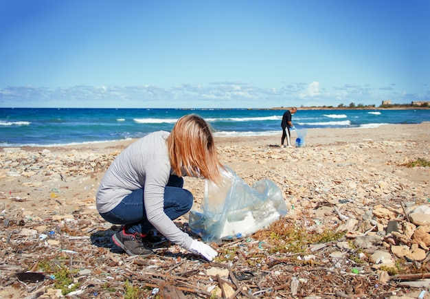 Volontari che puliscono la spiaggia dalla plastica