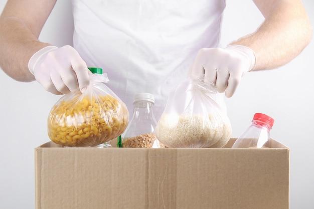 Volontari in guanti con scatola per le donazioni
