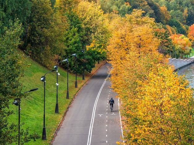 Argine di vorobyovy gory con una bici in autunno. parco pubblico sparrow hills a mosca.
