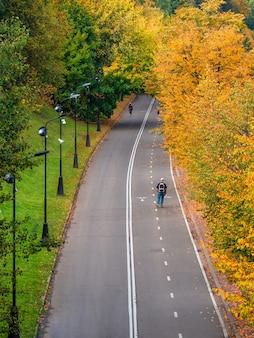 Argine di vorobyovy gory con un rullo in autunno. parco pubblico sparrow hills a mosca.