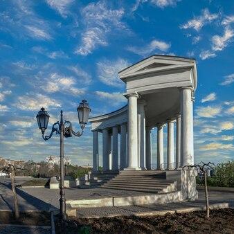 Colonnato di vorontsov nel centro storico di odessa, ucraina, in una nuvolosa mattina d'estate