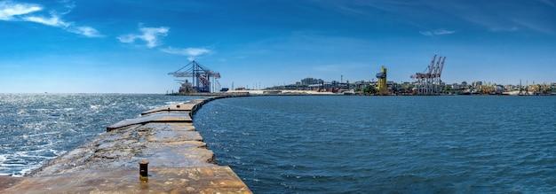 Faro di vorontsov nel porto di odessa, ucraina