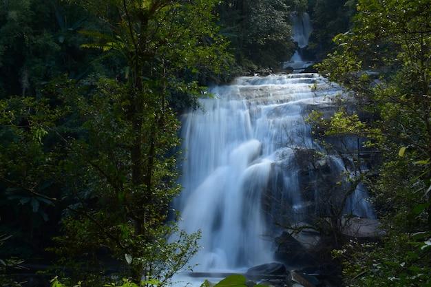 Wachira than waterfall, una bellissima cascata a chiang mai, thailandia
