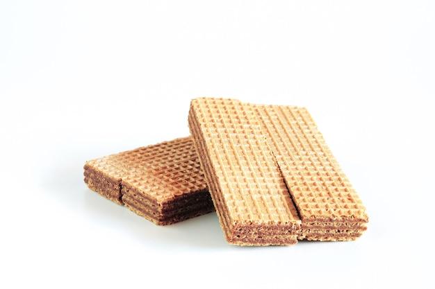 Wafer al cioccolato su sfondo bianco. salute alimentare.