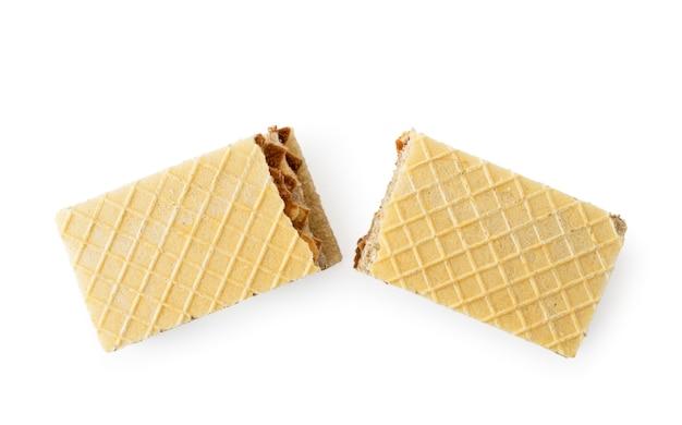 Biscotti della cialda spezzati a metà su uno sfondo bianco