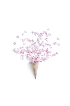 Cono di cialda con rose su sfondo bianco, piatto laico, vista dall'alto