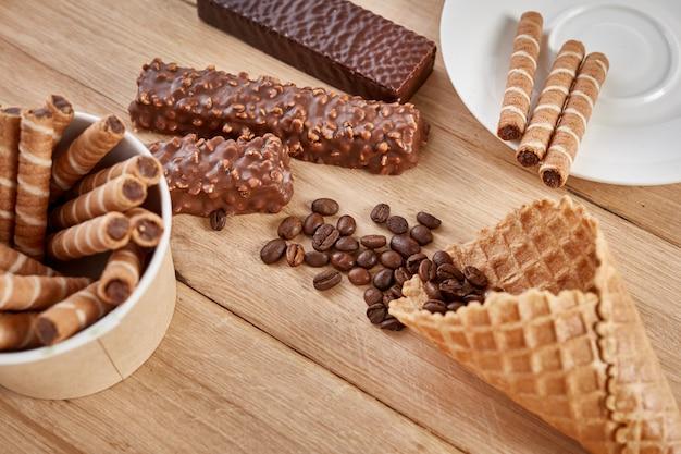 Rotoli di waffle e dolci al cioccolato, vista dall'alto