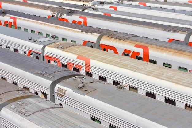 Vagoni treni nel parcheggio