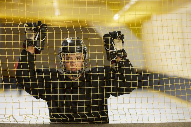Mezzo busto ritratto di giocatore di hockey femminile che guarda l'obbiettivo
