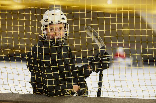 Mezzo busto ritratto di giocatore di hockey femminile che sorride alla macchina fotografica