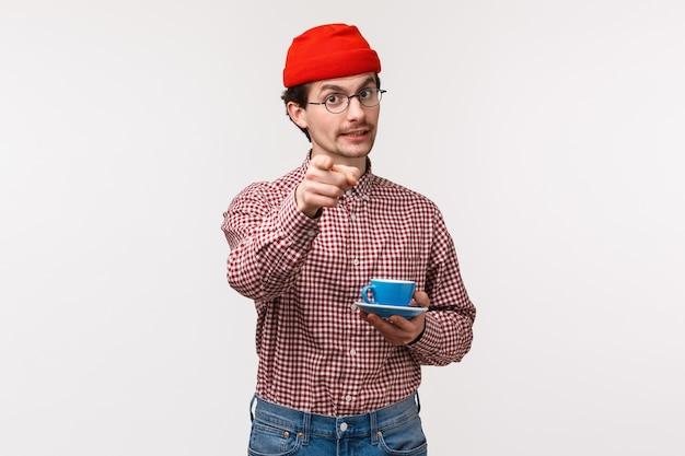 Mezzo busto ritratto di uomo barbuto caucasico allegro bello in bicchieri e berretto rosso