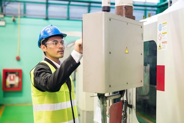 Premere il manager dell'ingegnere tecnico in vita per controllare il pulsante sul pannello dello schermo del monitor dell'elettronica.