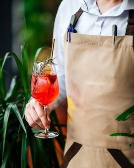 Cameriere che tiene un bicchiere di aperol spritz cocktail