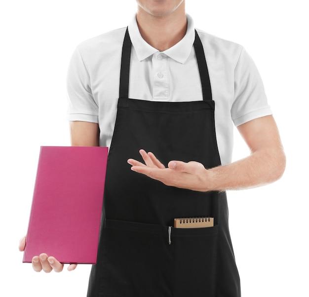 Cameriere con menu su sfondo bianco