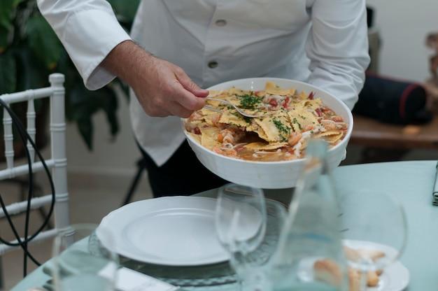 Cameriere che serve pasta