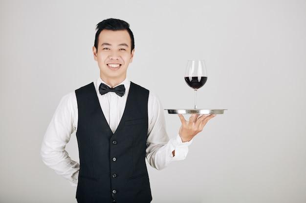 Cameriere che serve vino rosso
