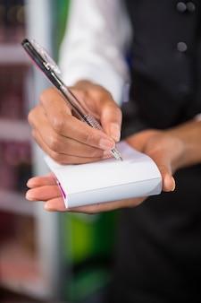 Cameriere che annota un ordine in un bar