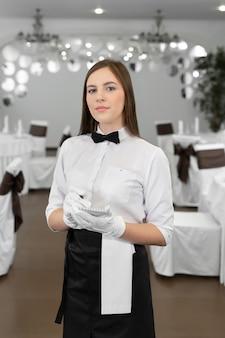 Cameriere che scrive un ordine su un quaderno