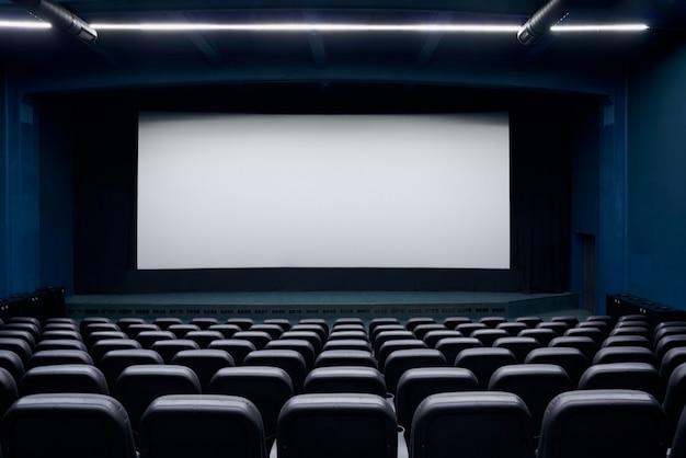 In attesa di spettacolo nella sala cinematografica.