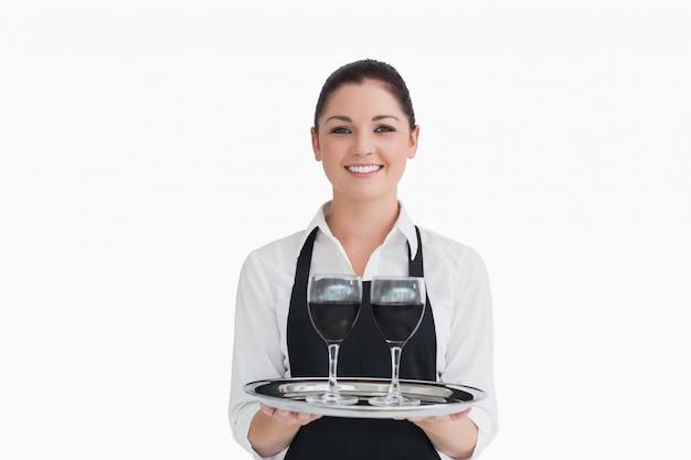 Cameriera che tiene vino
