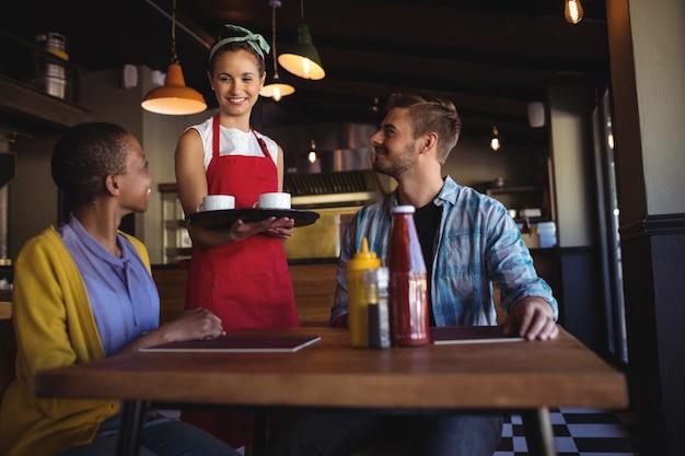 Cameriera che interagisce con il cliente