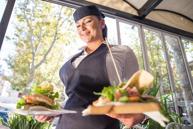Cameriera che serve cibo