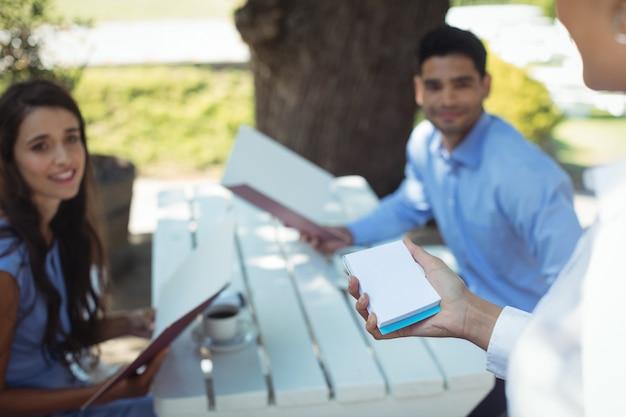 Ordine di scrittura della cameriera sul blocco note