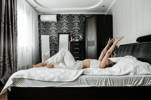 La routine mattutina del risveglio inizia nuovi modi di giorno per svegliarsi più facilmente giovane donna in maschera per dormire