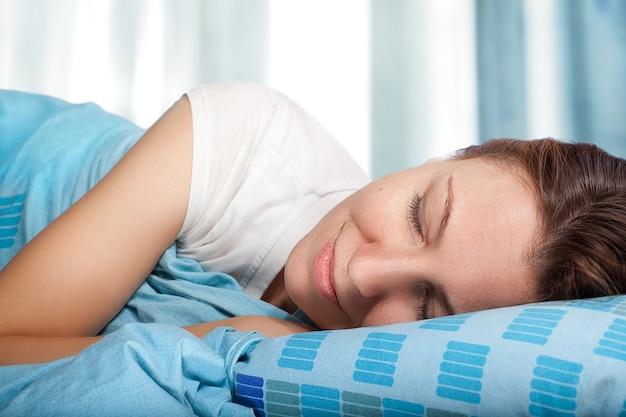 Svegliarsi felice donna addormentata