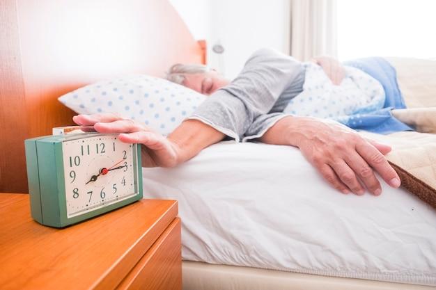 Svegliarsi stop sveglia scena quotidiana per donna adulta caucasica al mattino a casa