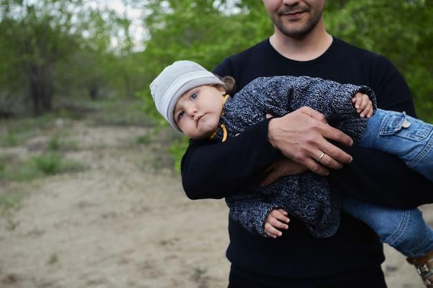 Passeggia nel parco del padre con suo figlio. festa del papà