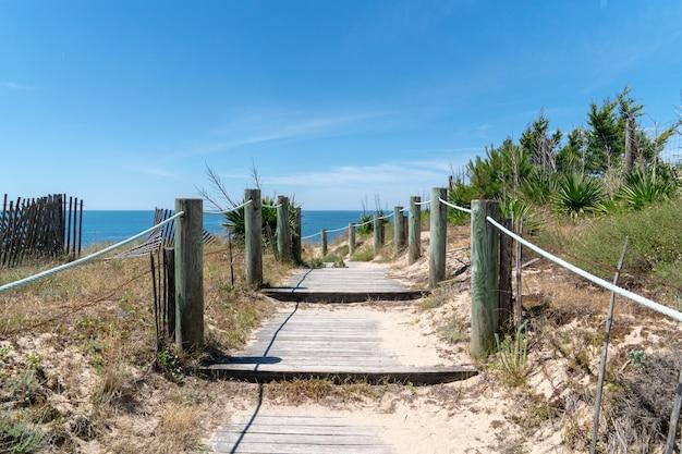 Accesso del percorso di camminata in spiaggia della duna di sabbia in vandea sull'isola di noirmoutier in francia