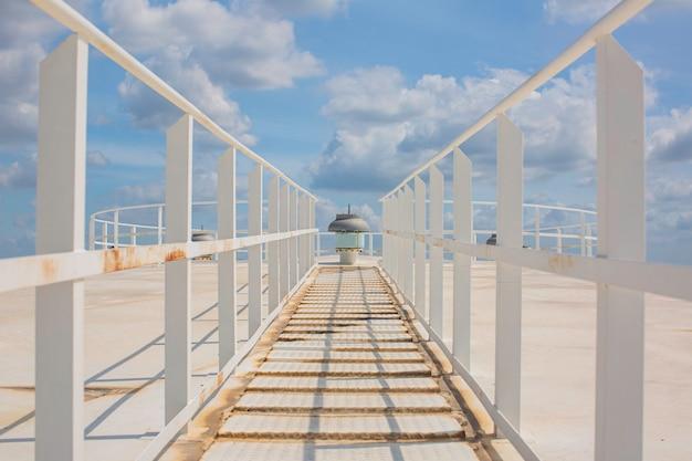 Scale ambulanti sul cielo blu superiore bianco del tetto del carro armato.