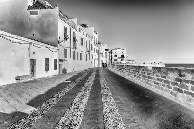 Camminare al tramonto sui bastioni storici, una delle principali visite turistiche ad alghero