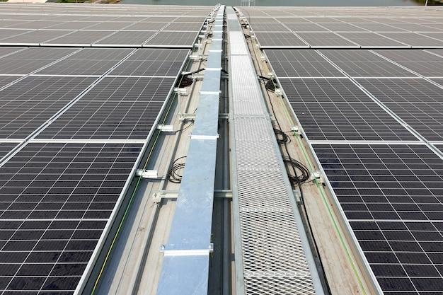 Passaggio pedonale del tetto solare dopo l'installazione sul tetto della fabbrica