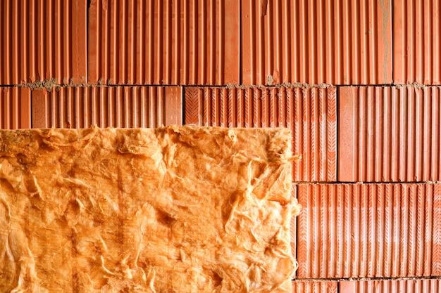 Muro di mattoni e lana isolante. edificio con isolamento a parete intercapedine. avvicinamento.
