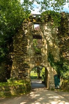 Muro del parco castell rochefort en terre nel borgo medievale di rochefort-en-terre, dipartimento di morbihan nella regione della bretagna. francia
