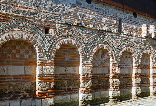 Il muro della chiesa di san paraskevi a nessebar, bulgaria. costruito nel xiii o xiv secolo.