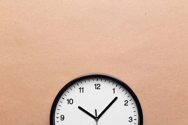 Orologio da parete su sfondo colorato