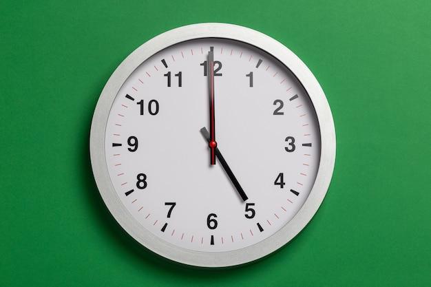 L'orologio da parete mostra le cinque