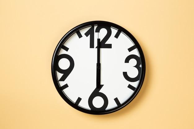 L'orologio da parete mostra le sei