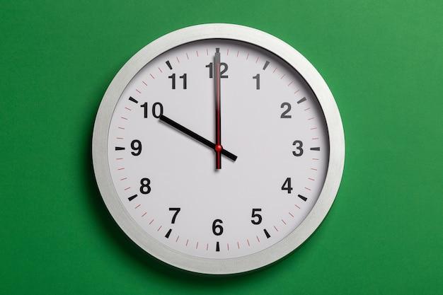 L'orologio da parete mostra le dieci