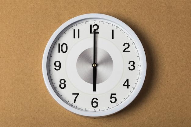 Orologio da parete che mostra le sei