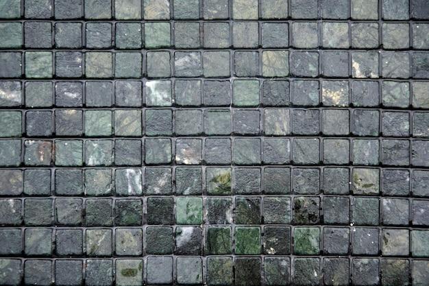 La parete o il pavimento sono decorati con piastrelle colorate.