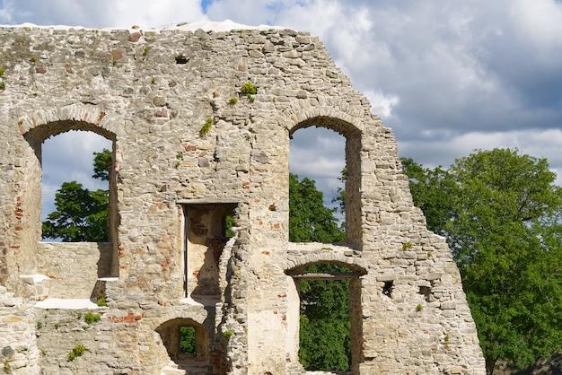 Frammento di muro del castello episcopale di haapsalu. castello medievale del vescovo, estonia.