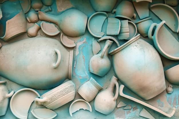 Una parete è decorata da stoviglie di argilla e dipinta in un colore blu